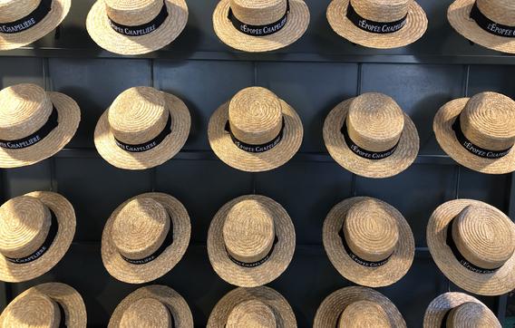 Caussade et le chapeau (1).jpg