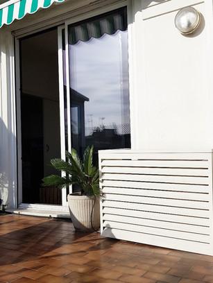 Embellissement de la terrasse avec le cache-climatisation Devaux.
