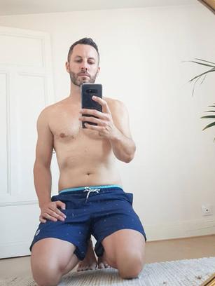 Polo associé à un maillot de bain : parfait look estival avec tbs
