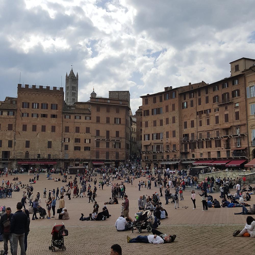 touriste sur la Piazza del Campo à Sienne