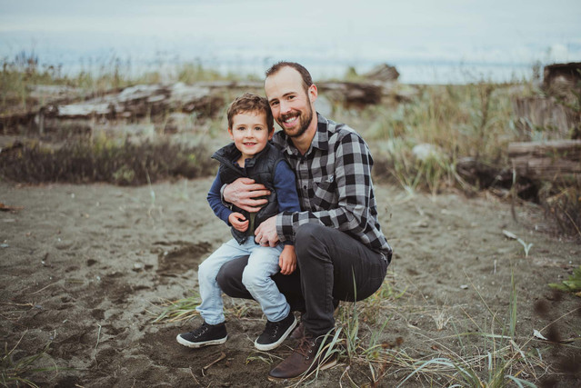 Top family photographer in Campbell River taking family photos at the beach