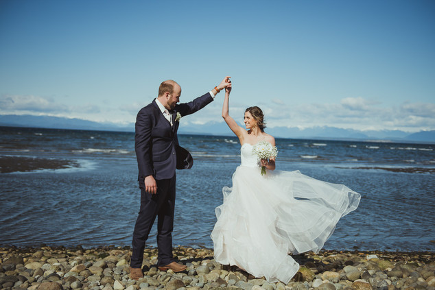 Why you should do a first look before the wedding ceremony, with local campbell river wedding photographer