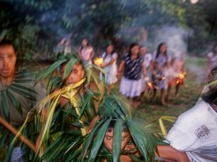 ritual onde as mulheres correm e queimam as pernas dos homens HN056_kaxinawa