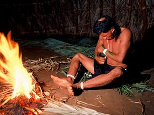 preparação do padrinho para o ritual de furação de orelha HN008_xavante