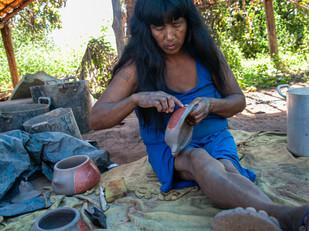 artista Takulalo dando acabamento na cerâmica HN2052_mehinaku