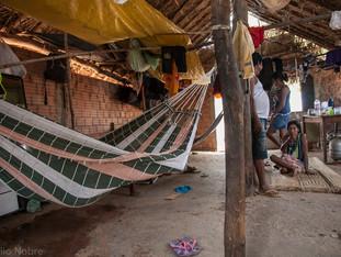 ambiente interno - casa de alvenaria e palha de buriti, rede, mulher sentada na esteira HN0995_karaja