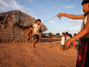 crianças brincando de pular corda HN0209_xavante