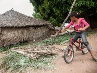 menina de bicicleta observando as palhas de buriti HN0845_karaja