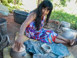 artista Takulalo fazendo cerâmica HN1209_mehinaku