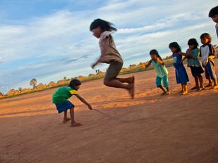 crianças brincando de pular corda HN0224_xavante