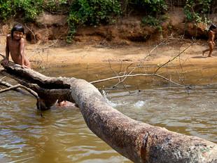 brincando no rio HN0456_xavante