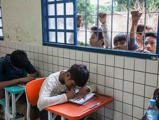 outras crianças observam a atividade em sala de aula HN0406_karaja