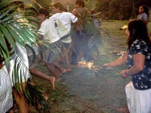 ritual onde as mulheres correm e tentam queimar as pernas dos homens HN0007_kaxinawa