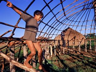 criança brincando na casa em construção HN038_mehinaku