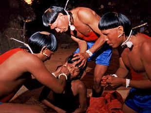 ritual furação de orelha, com osso de onça HN0029_xavante