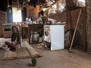 ambiente interno - casa, alvenaria com janela, cobertura de palha, fogão a gás, mulher sentada na esteira HN0990_karaja