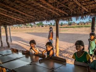 crianças, sala de aula, pátio da aldeia HN0216_xavante