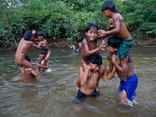 brincando no rio HN0671_xavante