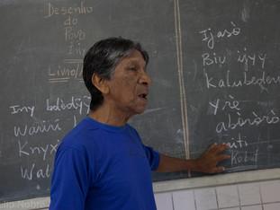 professor e lousa com escrita karaja HN0391_karaja