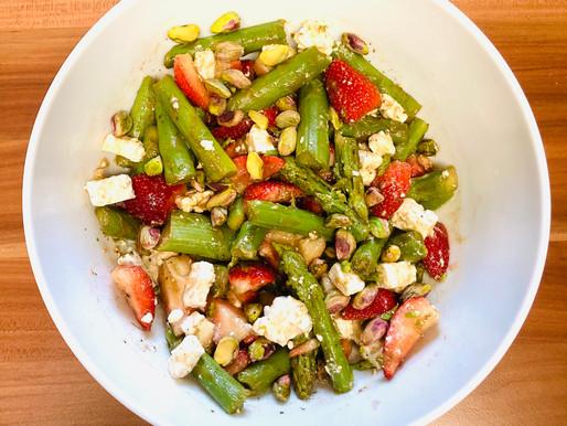Warmer Spargel-Erdbeer-Salat mit Feta
