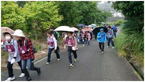 峡中支部 「日本平」頂上へ向けて62人が裏山をウォーキング。
