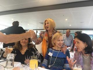 ערב של שיט בכנס של האיגוד לפסיכואנליזה זוגית ומשפחתית בליון אוגוסט 2018 עם רוזה נשיאת האיגוד, סינתיה מאוסטרליה, קרוליין מוושינגטון ואליזבט מספרד, היד היא של קריס קלולו מטביסטוק לונדון.