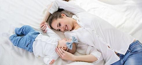 madre-mira-bebe-cama-p.jpg