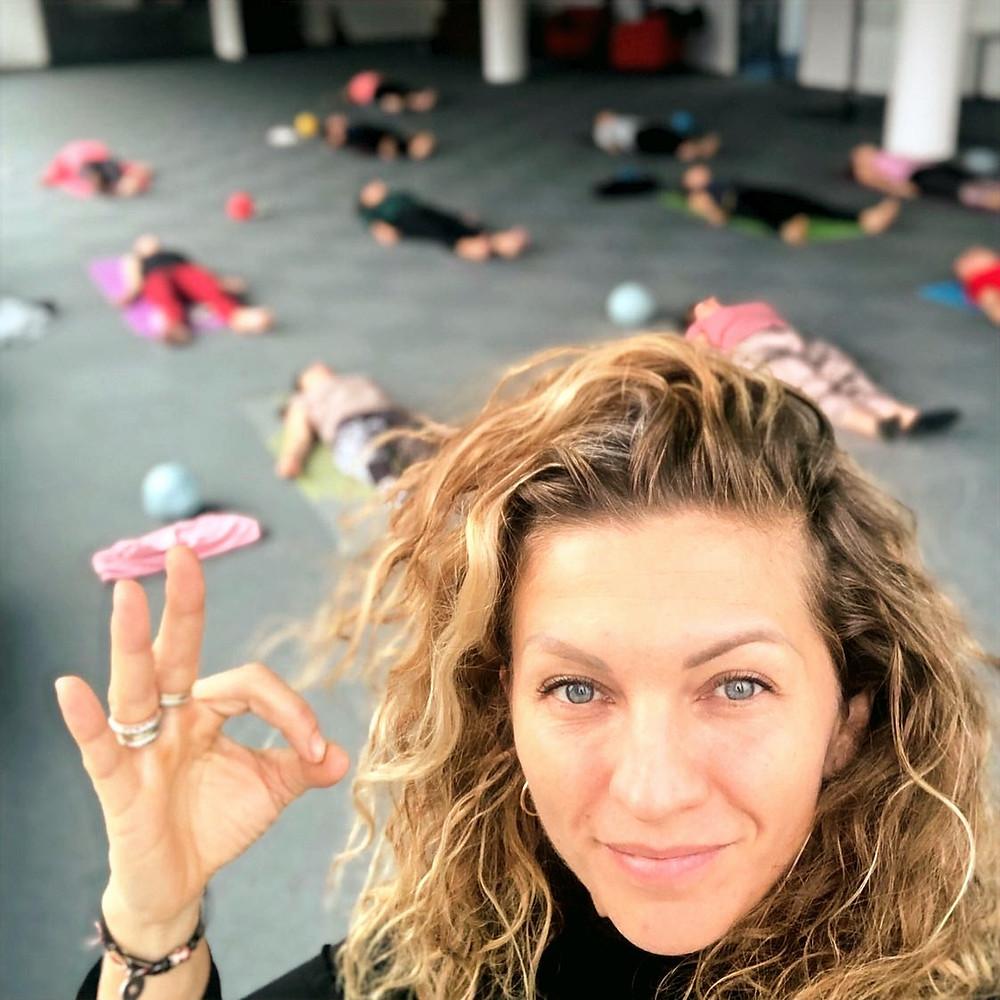 Relaxace jógou, žena ukazuje, že je vše ok