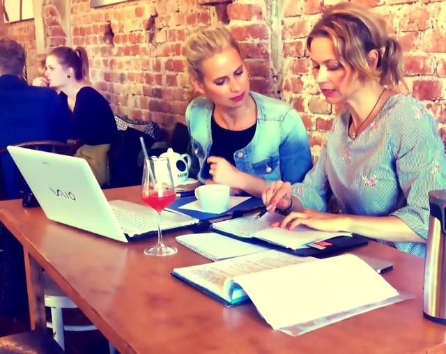 Dvě ženy probírají pracovní možnosti u počítače.