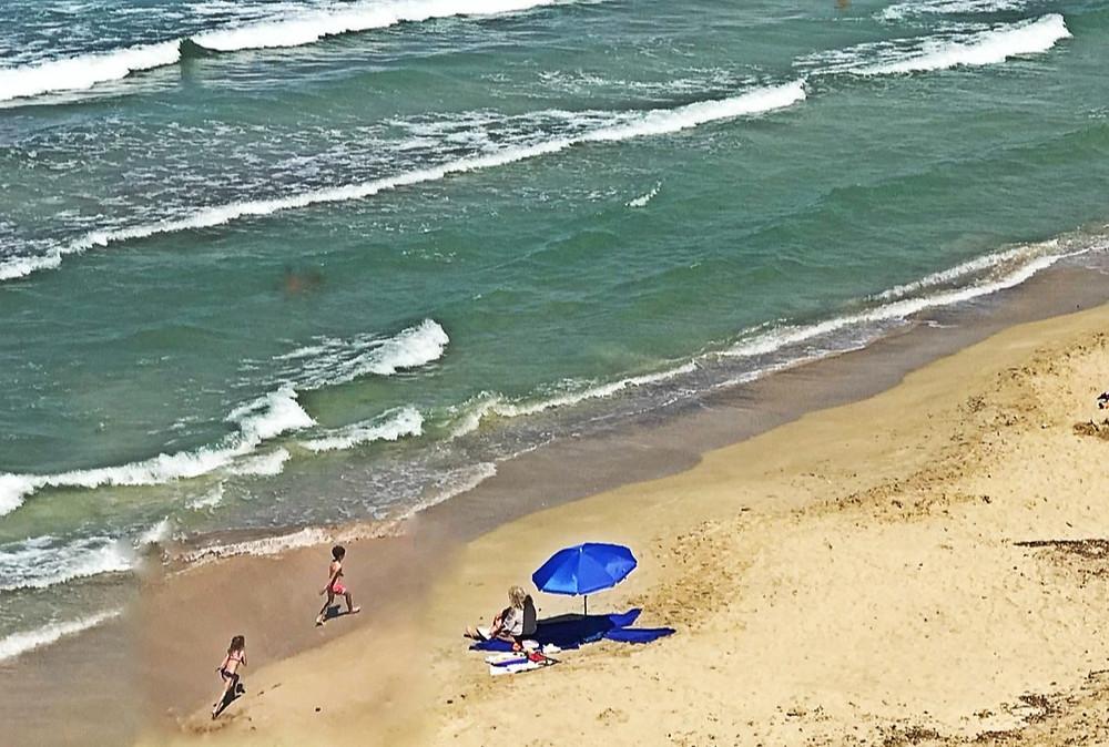 Moře, děti a babička, všichni mají radost ze života.