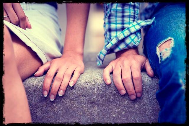 Dvě ruce vedle sebe se skoro dotýkají.