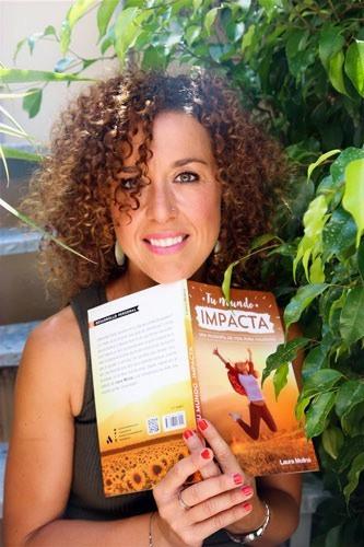 Curly woman with a book Tu mundo impacta