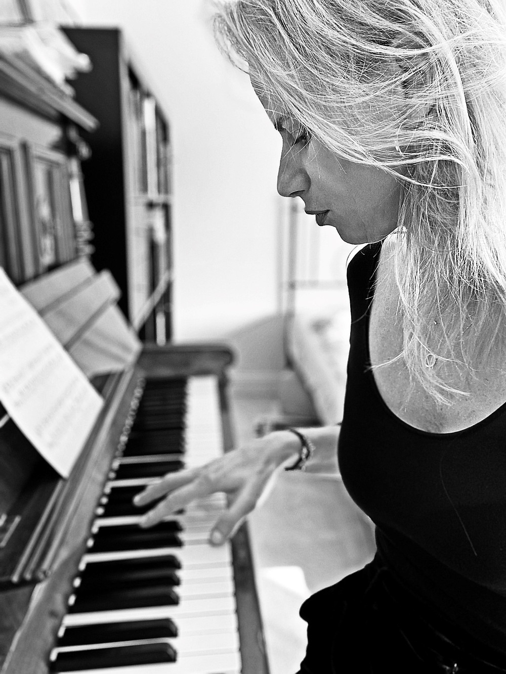 Žena u klavíru hledá odvahu ke změně.