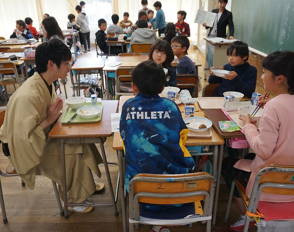 生徒と給食を食べる次朝