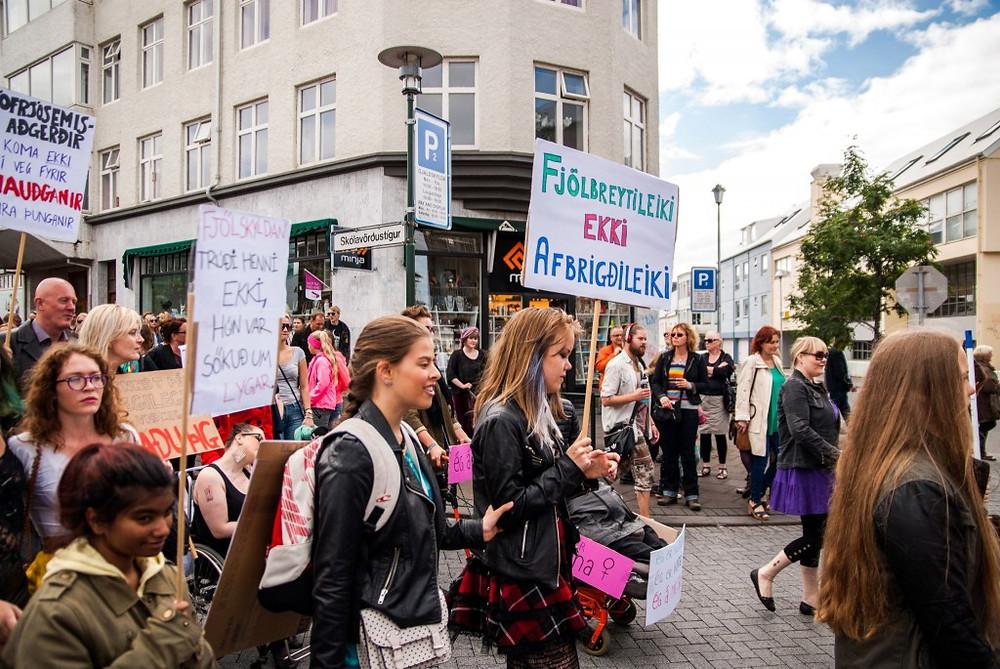 Hér sést Iva Marín ganga niður Skólavörðustíginn með öðrum ungum konum í Druslugöngunni þann 26. júlí 2014.