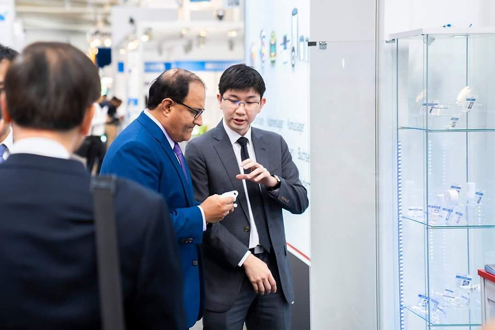 Singapore's Minister of Trade and Industry, Mr S. Iswaran learning more about Ceramics 3D printing from our Creatz3D General Manager, Mr. Sean Looi.