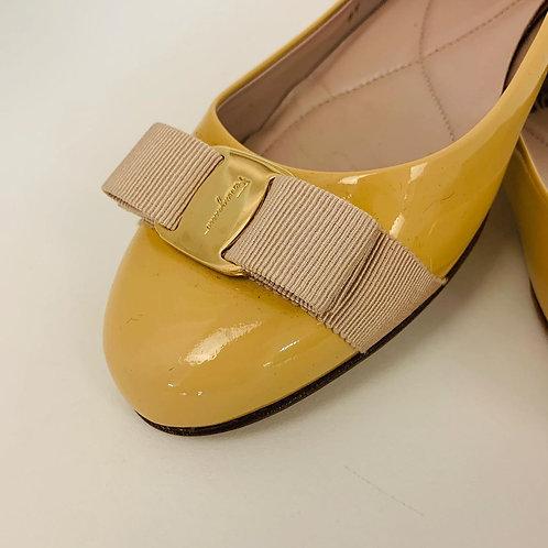 Sapato Salvatore Ferragamo Creme tam. 38