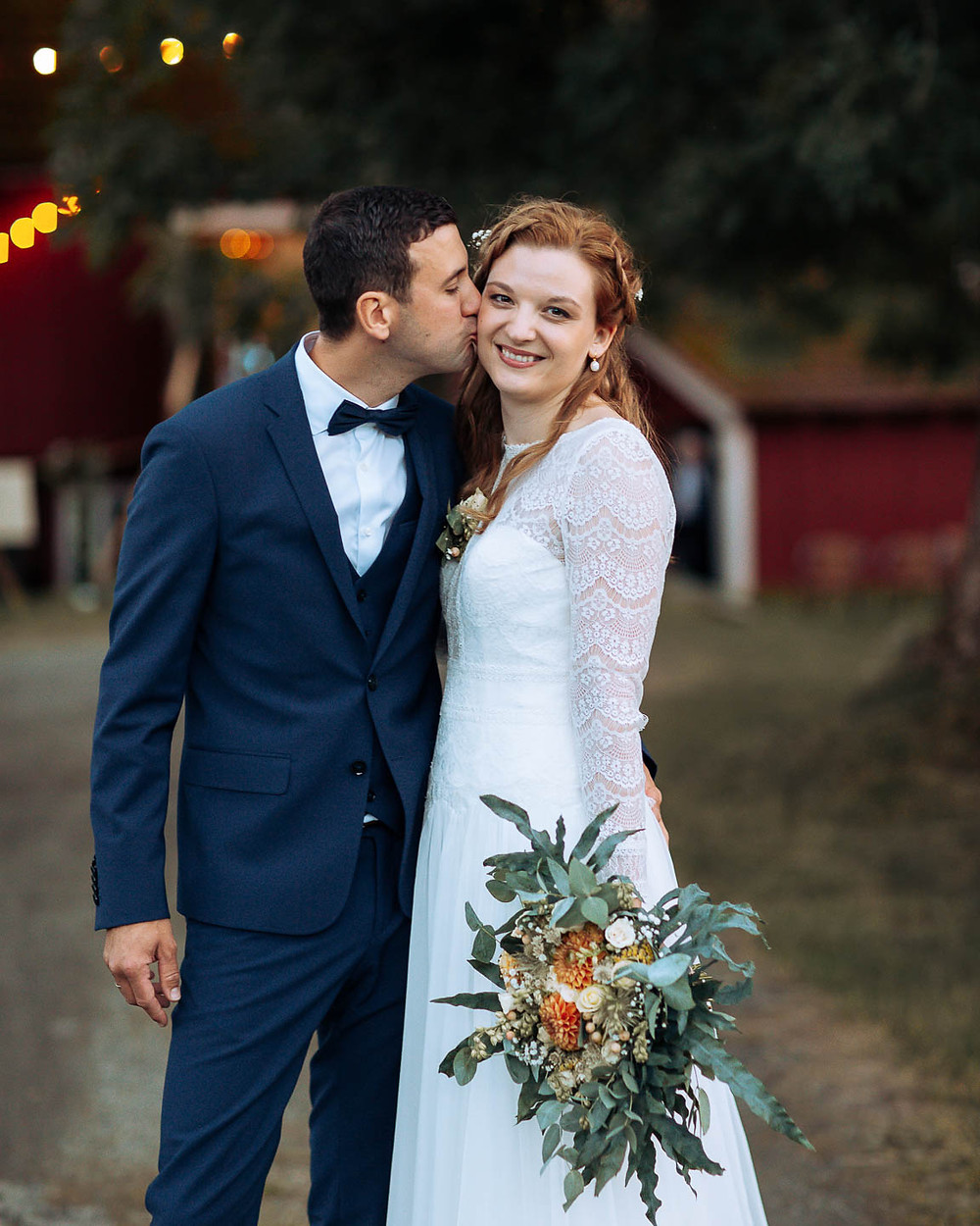 Nydelig brudepar, låvebryllup i Vestland