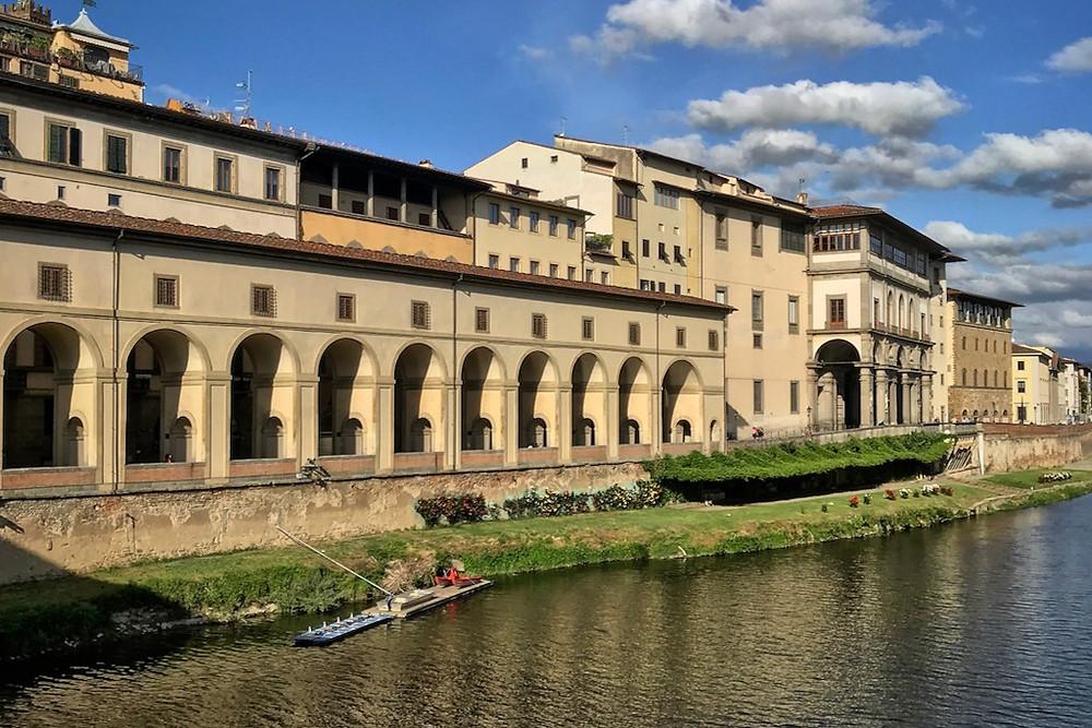 Arcos que sustentam o Corredor Vasariano às margens do Rio Arno em Florença