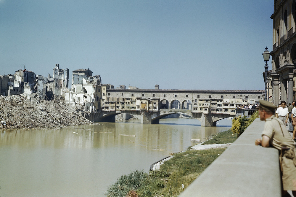 Ponte Vecchio em 14 de agosto de 1944. Foto realizada pelo Capitão Tanner, do exército Inglês, parte da coleção do Imperial War Museum e em Domíniio Público.