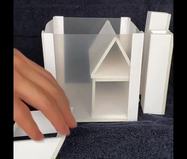 """建築力なるものを定義しそれを育てる教材を考えよという課題。私は建築力を創意工夫してそこにある場所を素晴らしい時間を過ごせる場所へ変える能力とした。日常的空間と考えられがちな""""家""""という概念を壊し、非日常的でとにかく楽しい家を想像しながら空間内に部屋を配置することがこの教材の目的。"""