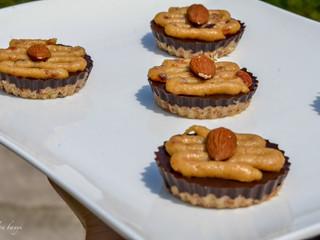 """RAW čokoládovo-mandľové kúsky s """"karamelovým"""" krémom"""