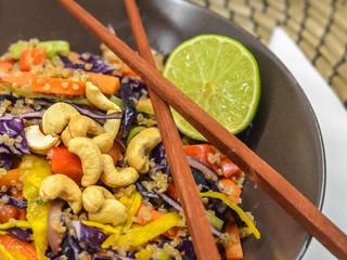 Thajský Quinoa šalát sarašidovýmdressingom