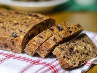 Vegánsky celozrnný banánový chlieb/zákusok/muffin skúskami čokolády