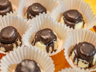 Kokosové bonbóniky s karamelom a čokoládou