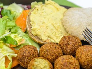 """Falafel, hummus, """"arabský chlieb"""" ašalát slebanonským dressingom"""