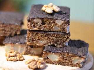 Orechovo-hruškový zákusok sčokoládou