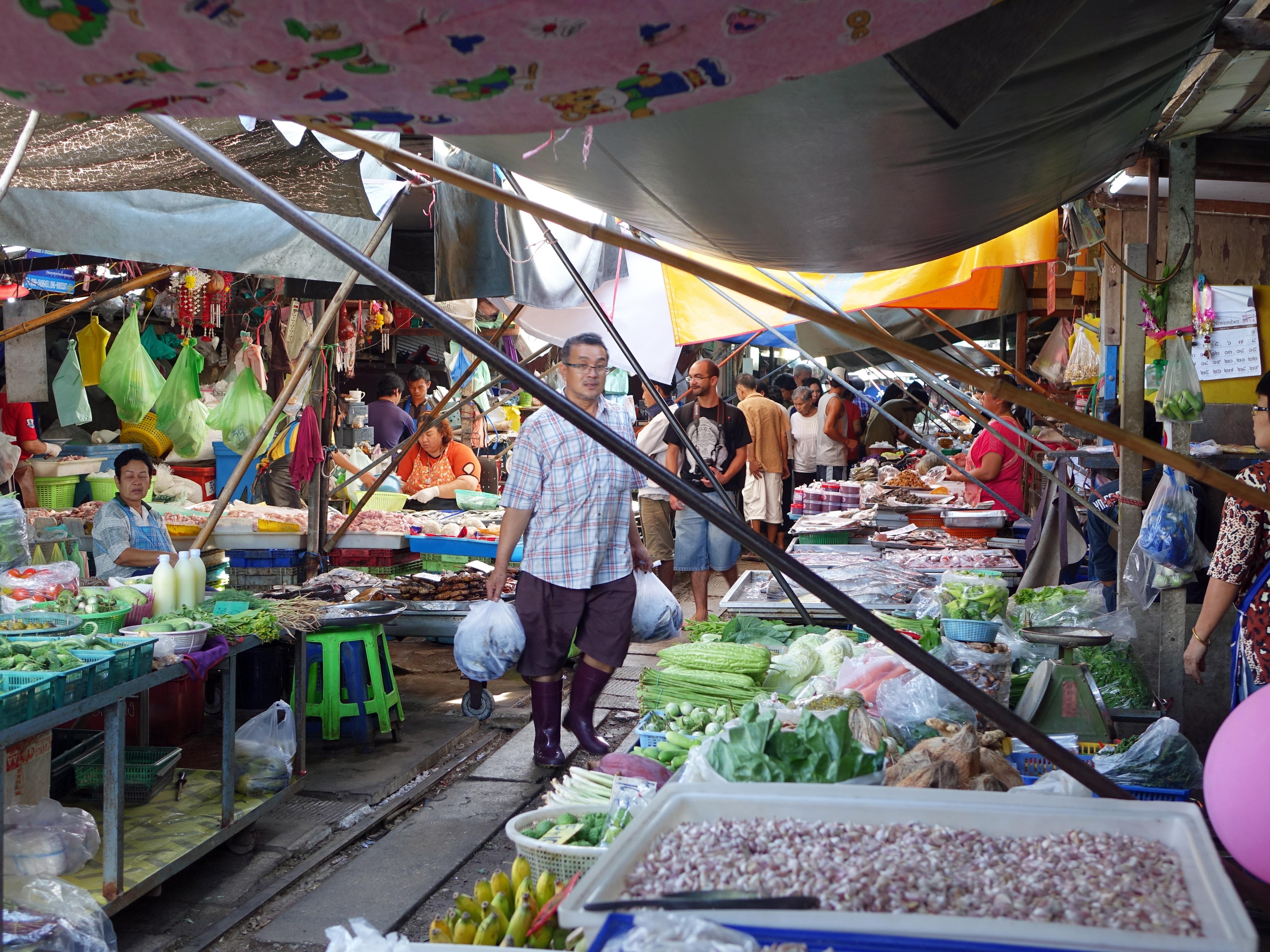 maeklong-railway-market-546285