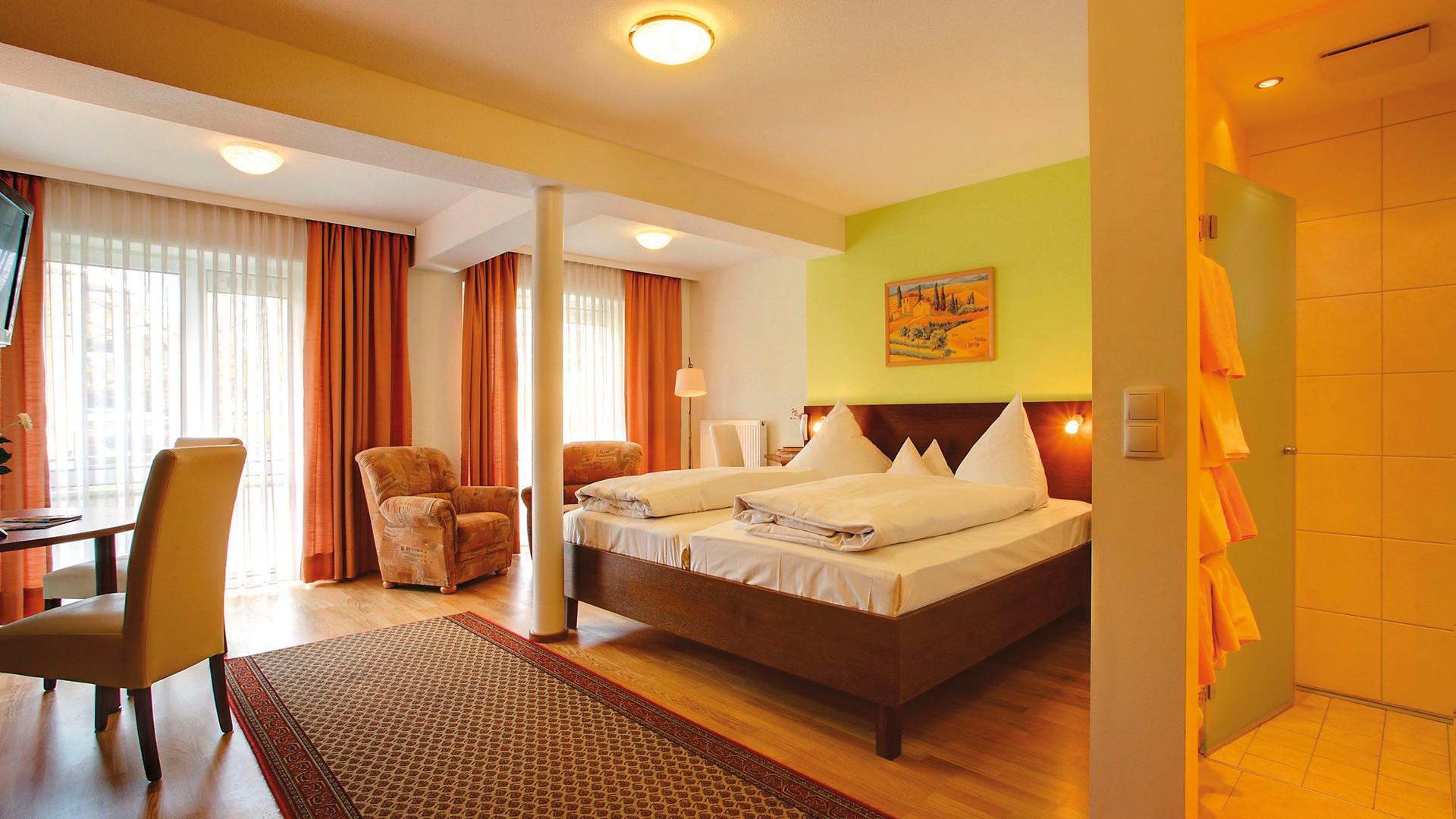 10677852-Regina-Zimmer-und-Hallenbilder-