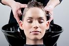 Ven y deja tu pelo limpio, suave y manejable con un refrescante lavado de cabello.